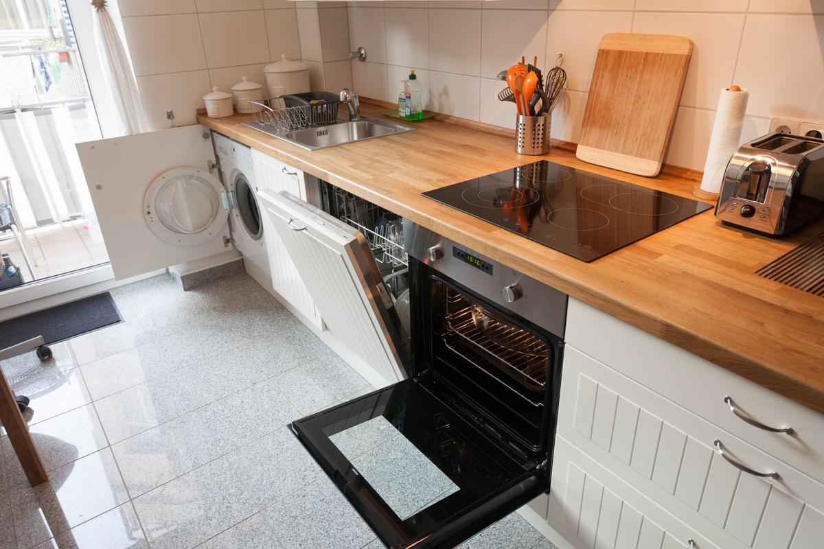 Küche mit Herd, Ofen, Spülmaschine, Waschmaschine › Kurz nach spät.