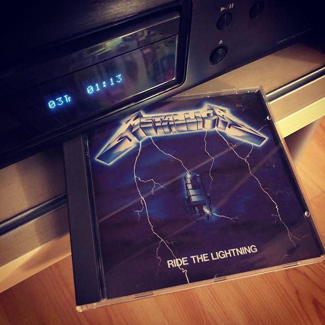 """""""Take a look to the sky just before you die …"""" Muss auch mal wieder sein. (Kinder: Das ist eine CD. Musik hören ohne Internet!) #cd #nostreaming #nowplaying #metallica #ridethelightening"""